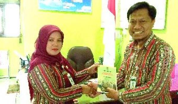 Karya Ilmiah Guru SMA Negeri 1 Salaman Dikirim ke Dua Sekolah di Kabupaten Magelang